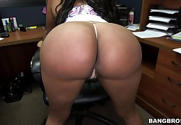 Big butt chick Jayla Foxx drops on her knees be worthwhile for a white dick